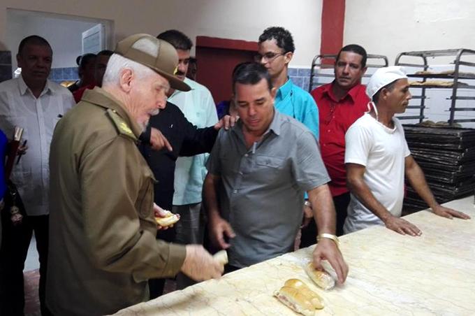 Recorre Comandante de la Revolución instituciones de interés social de Manzanillo (+ fotos)