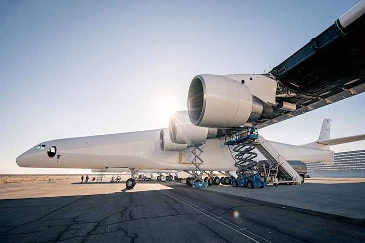 Prueban con éxito el avión más grande de la historia