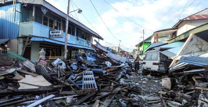 Fosas comunes y avalanchas agravan la tragedia — Tsunami en Indonesia