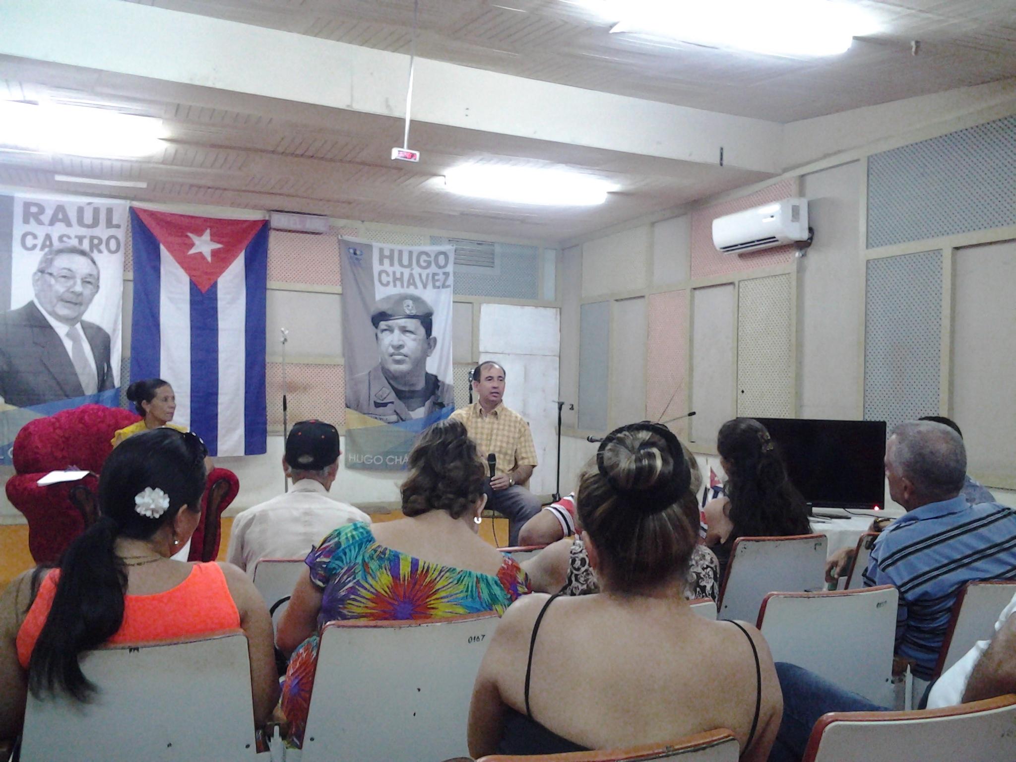 Debaten periodistas manzanilleros sobre su quehacer profesional
