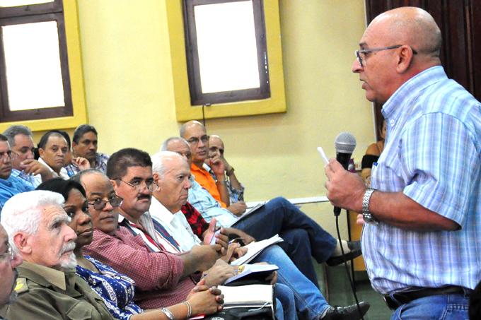 Preside Ramiro Valdés en Bayamo evaluación del programa de viviendas