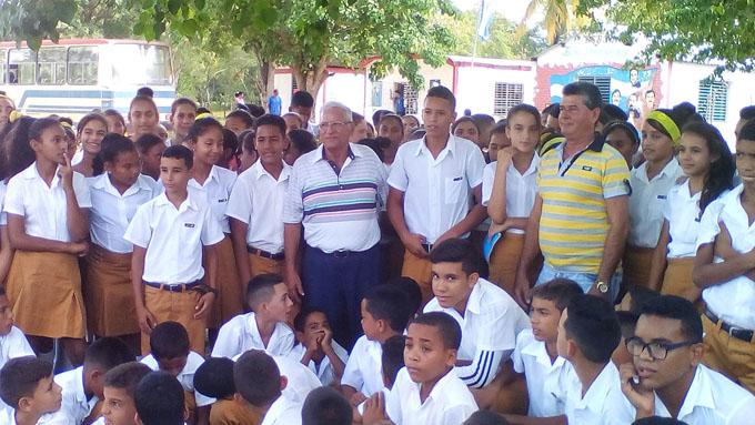Intercambia hermano de Comandante Evelio Saborit con estudiantes bayameses