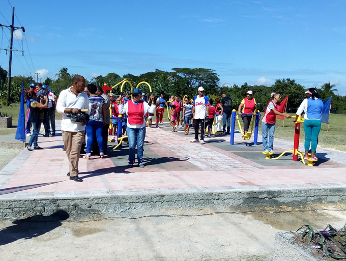 Estrenan gimnasio biosaludable en la comunidad pilonera