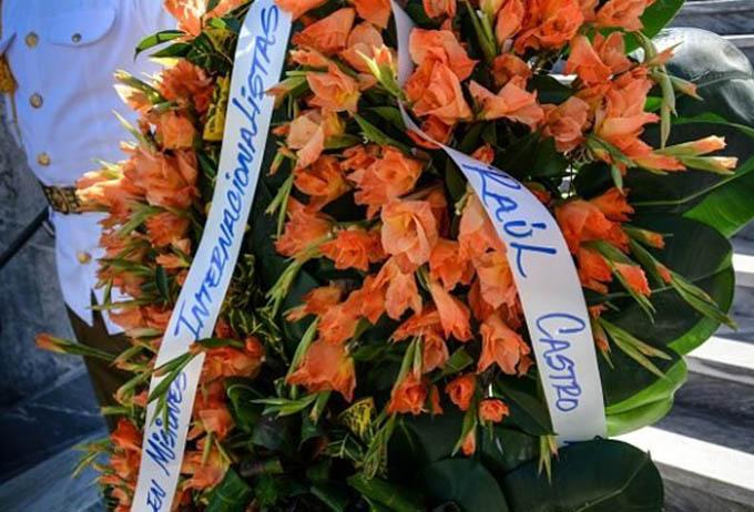 Ofrendas florales de Raúl y Díaz Canel en Santiago de Cuba