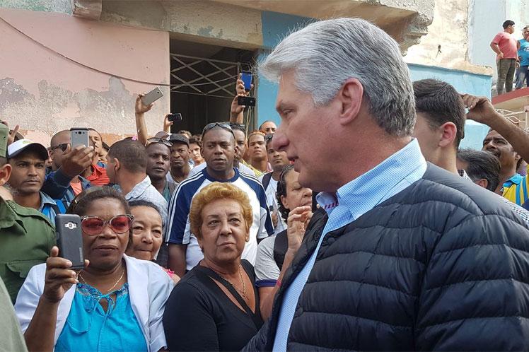 Presidente de Cuba recorre municipio habanero afectado por tornado (+ fotos)