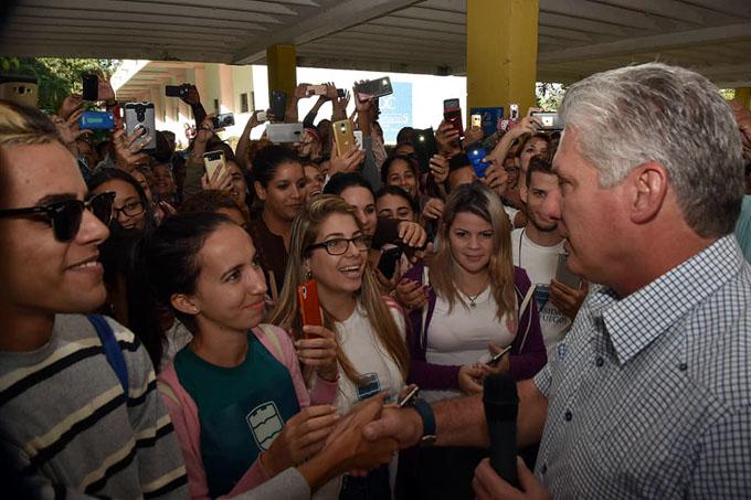 Presidente cubano sostiene encuentro con trabajadores y estudiantes de Universidad de Cienfuegos (+ fotos)