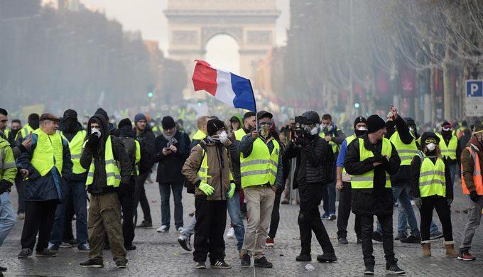 Miles de pañuelos rojos se manifiestan en París