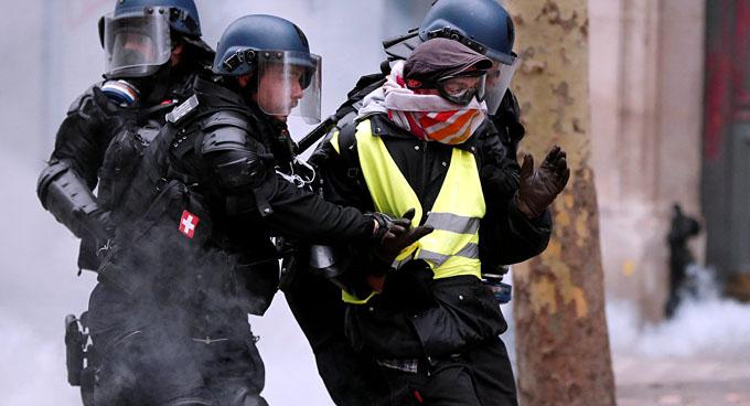 Reportan más de 300 arrestos durante manifestaciones en Francia