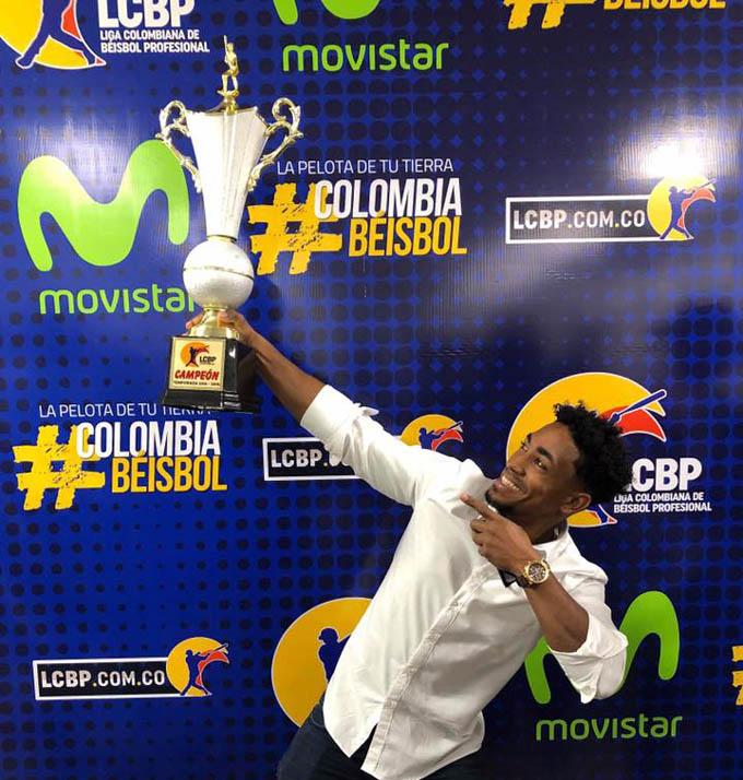 Roel Santos, feliz por su título con Caimanes en Colombia (+ fotos y video)