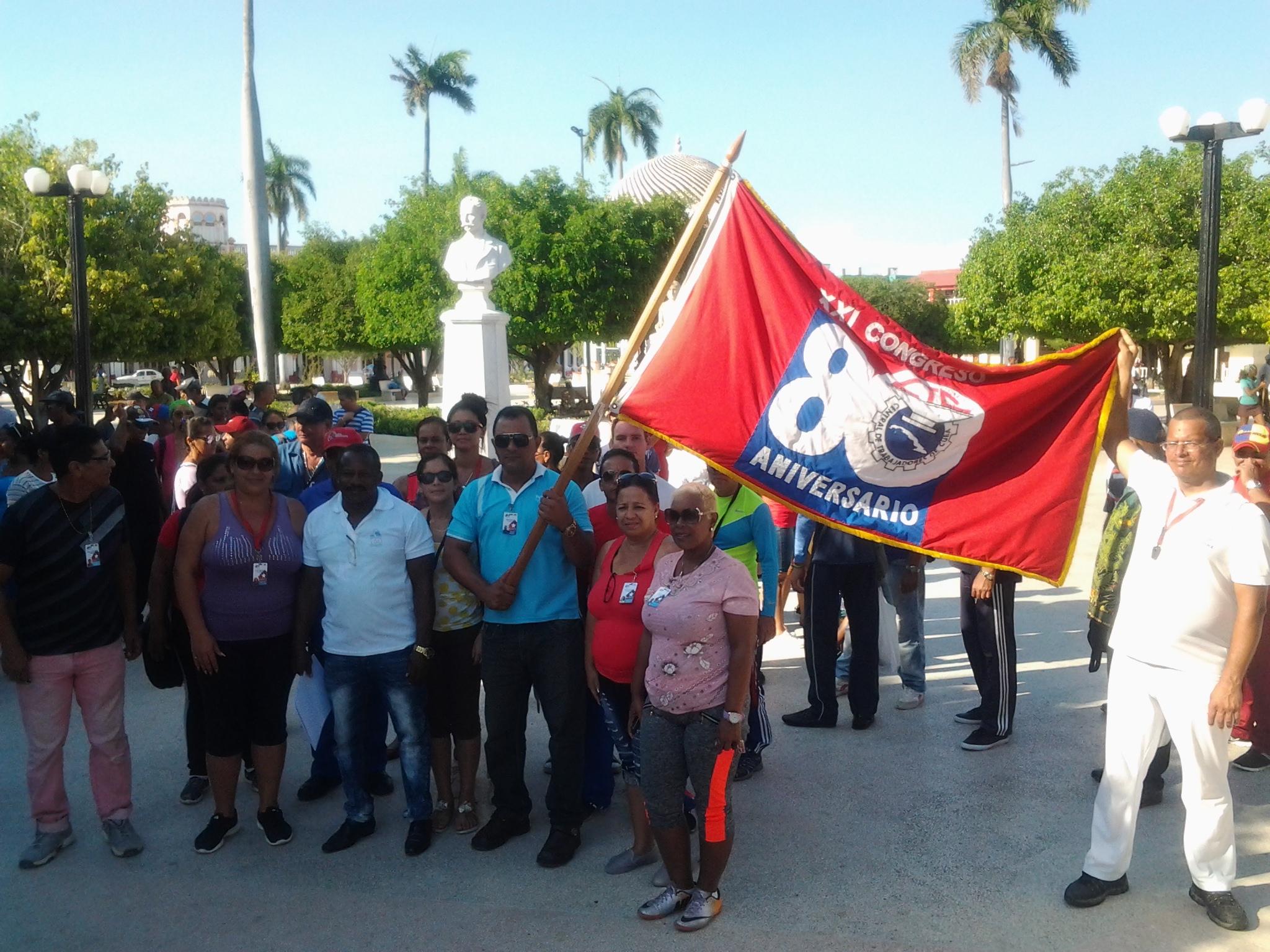 Trabajadores de Manzanillo reciben estandarte obrero