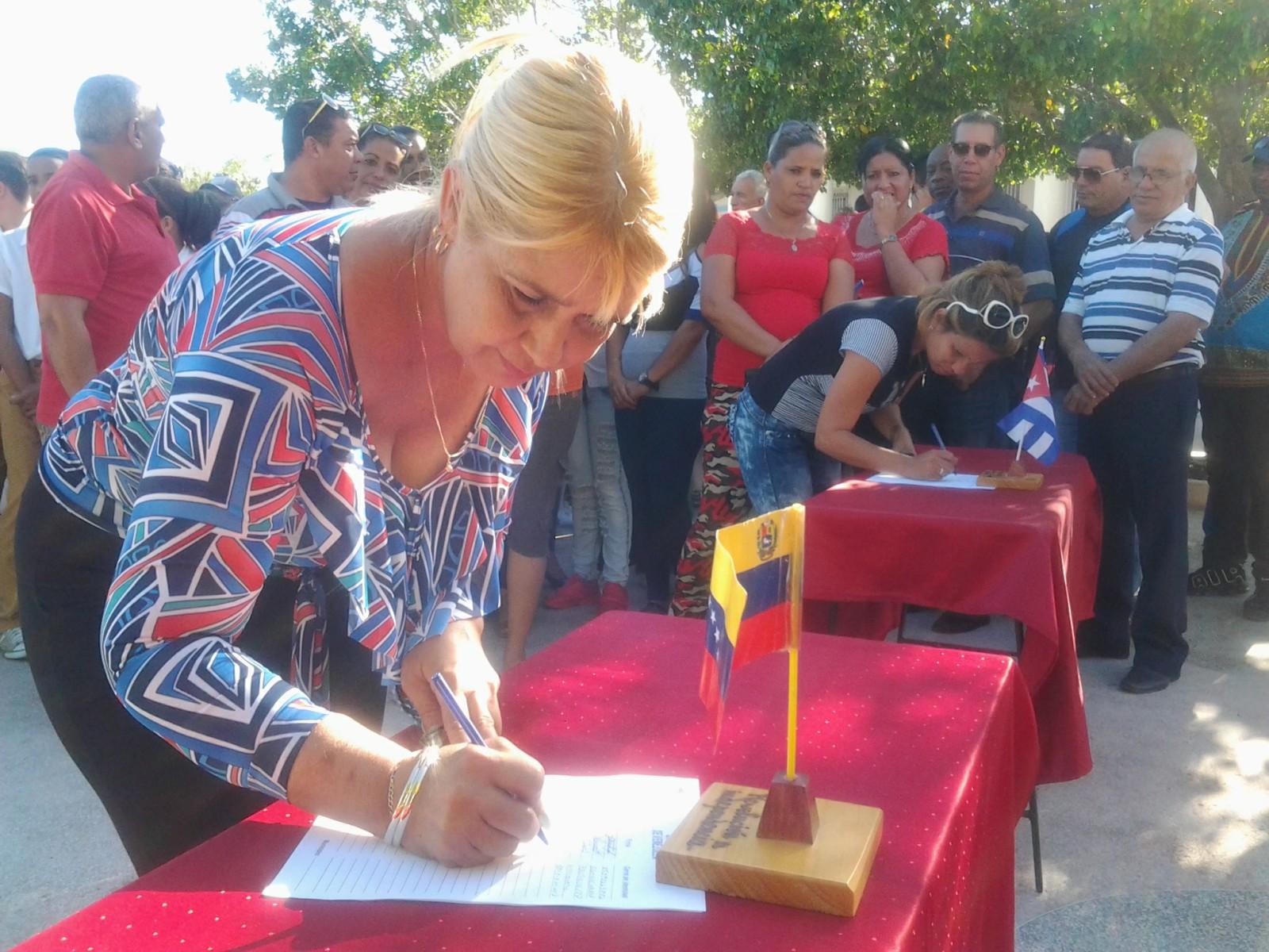 Educadores manzanilleros respaldan documento Manos fuera de Venezuela (+ fotos)