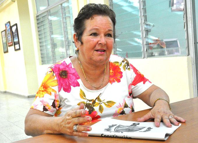 Una maestra en la mesa electoral