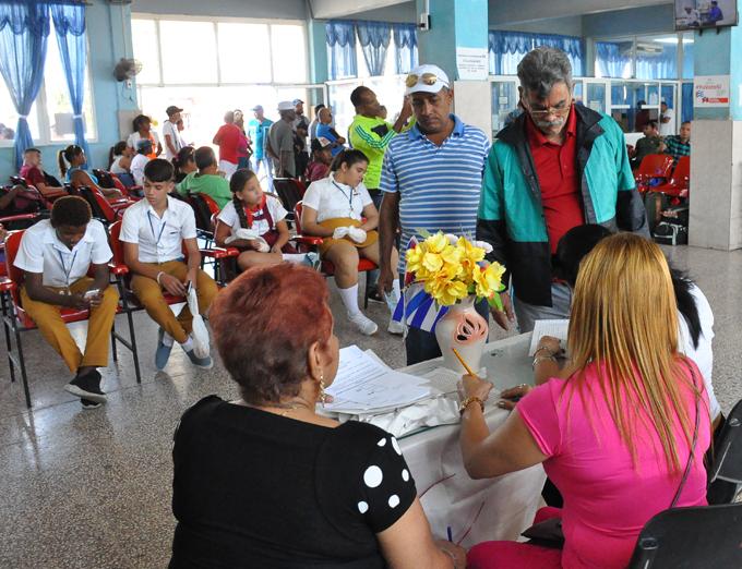 Viajeros votan en Colegio Especial