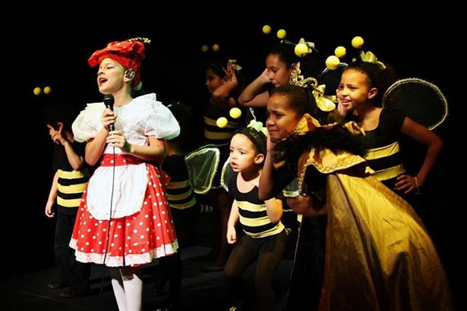 Presidente de Cuba felicita a compañía teatral infantil La Colmenita(+fotos y vídeo)