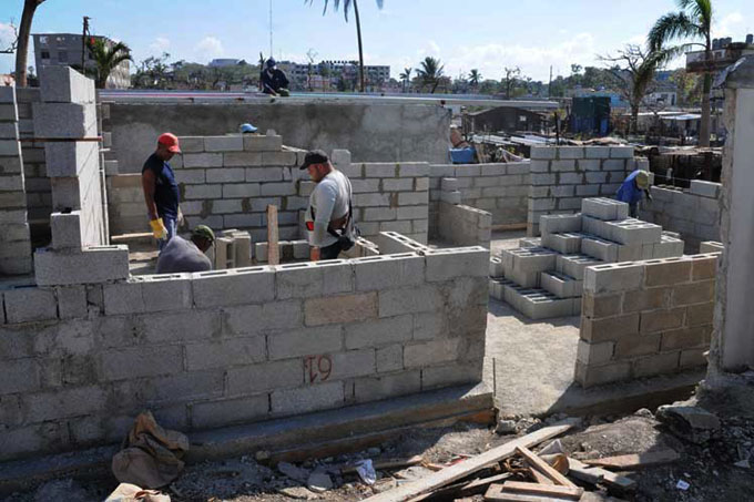 Comienza entrega de casas en Cuba 22 días después del tornado