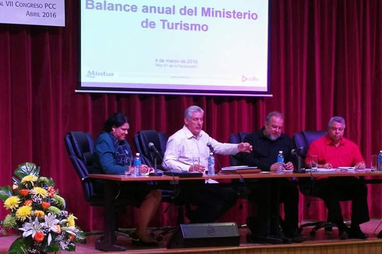 Llama presidente cubano a enriquecer turismo con historia y cultura