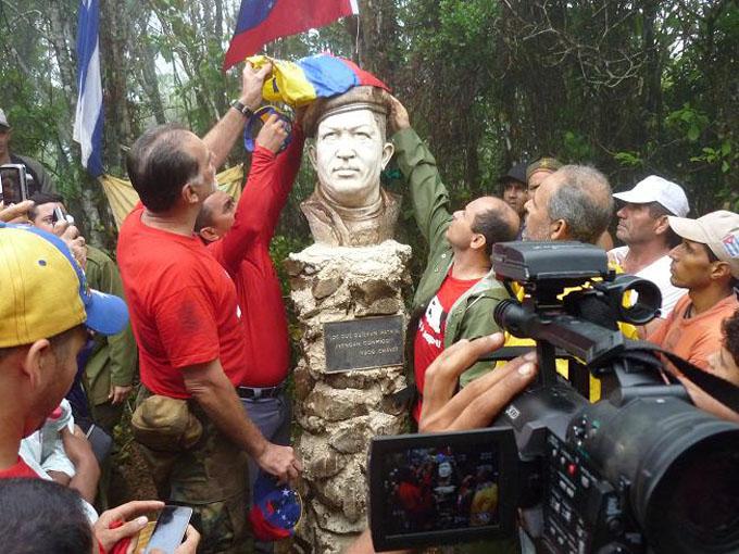 Jóvenes de Granma recuerdan a Chávez en la Sierra Maestra
