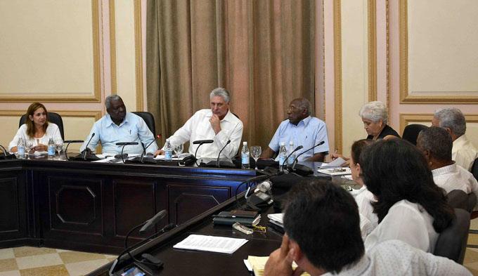 Presidente cubano participa en reuniones con funcionarios municipales
