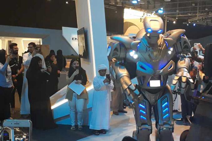 Robot, juegos interactivos y jóvenes amenizan comunicación en EAU