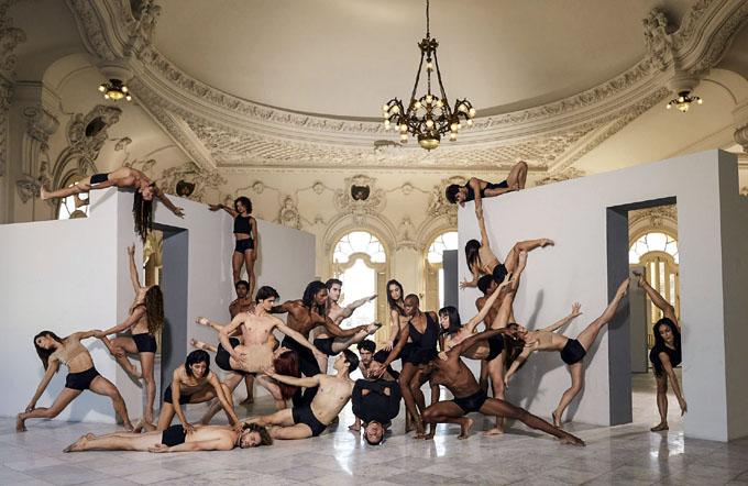 Performance colectivo en calle Línea durante XIII Bienal de La Habana