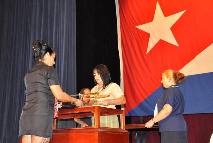 """Investigadores cubanos """"empuñan"""" espada de Céspedes (+ fotos y audio)"""