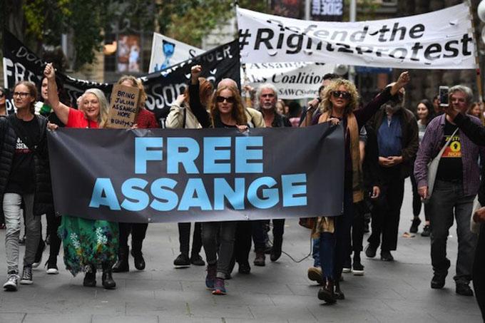 Exigen liberación de Assange frente al Parlamento británico