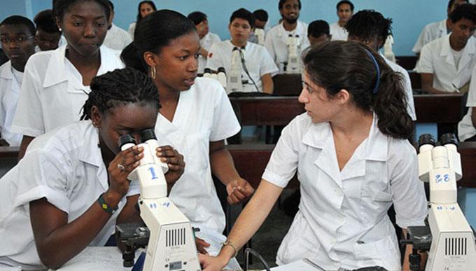 Estudiantes de medicina congoleses piden disculpas a Cuba