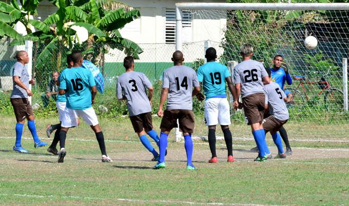 Incansables se alejan en 104 Liga cubana de fútbol