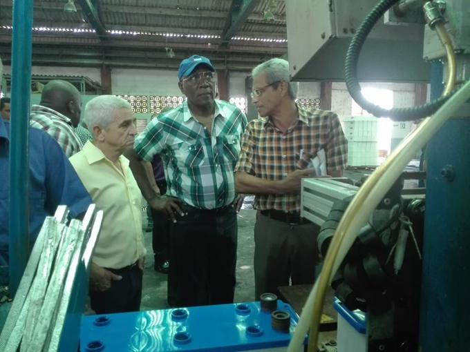 Valdés Mesa muestra interés por la única fábrica de acumuladores del país