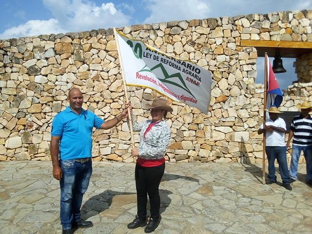 Bandera campesina entre los manzanilleros