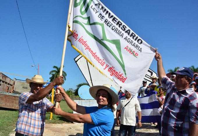 Reciben jubilosamente Bandera 60 aniversario (+ fotos)