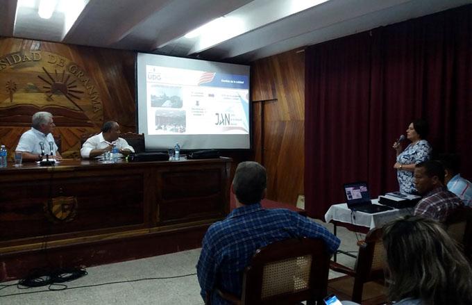 Díaz-Canel se detiene en la Universidad de Granma (+ fotos)