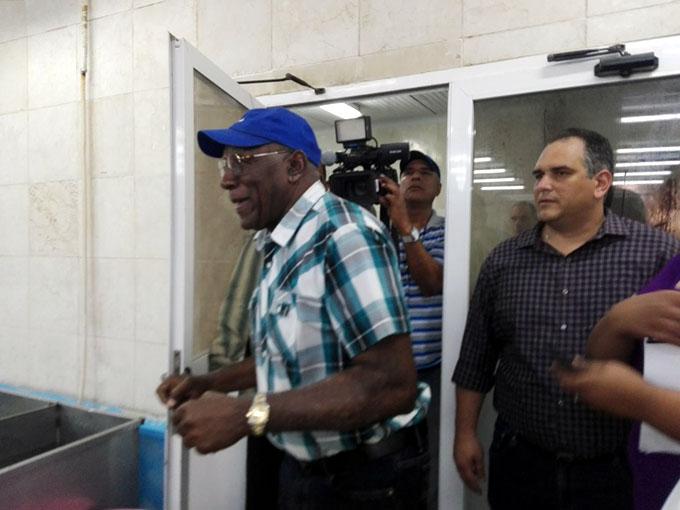 Intercambia Valdés Mesa con trabajadores de la industria pesquera local