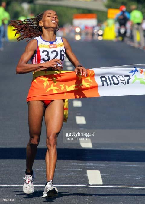 Mariela, primera y única en la maratón