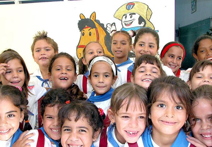 Felicita Díaz-Canel a los niños cubanos