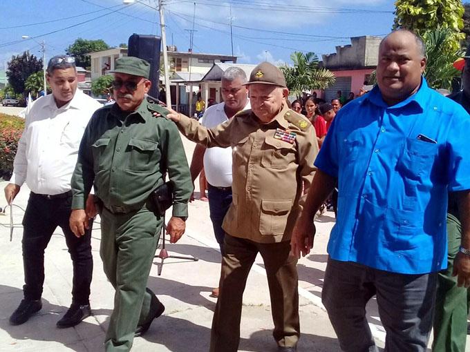 Comandante de la Revolución inaugura obras de beneficio social en Niquero (+ fotos)