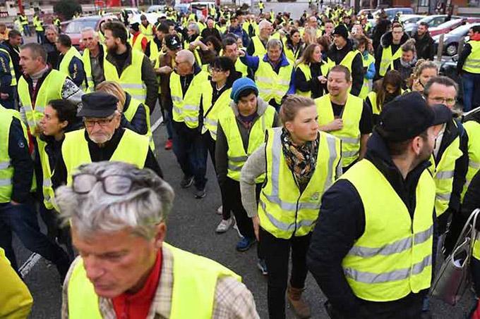 Chalecos amarillos protestan en Francia por octavo mes consecutivo