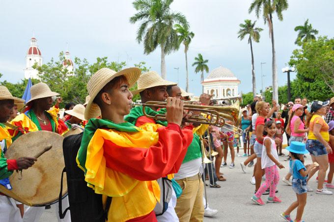 Manzanilleros disfrutan inicio de etapa estival