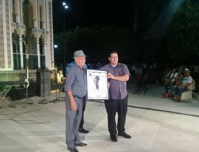 Entregan Pergamino de Manzanillo al músico Lino Borbolla