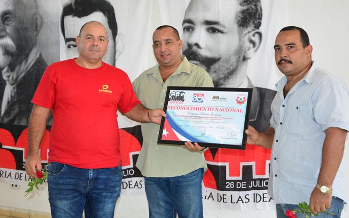 #GranmaEn26: Entregan reconocimiento a empresa avícola (+ fotos)