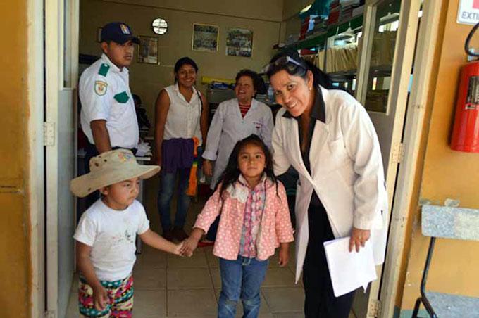 Asistencia médica cubana beneficia a bolivianos y extranjeros