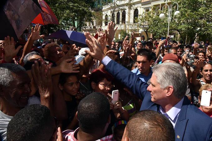 Participa presidente de Cuba en siembra de árbol por aniversario