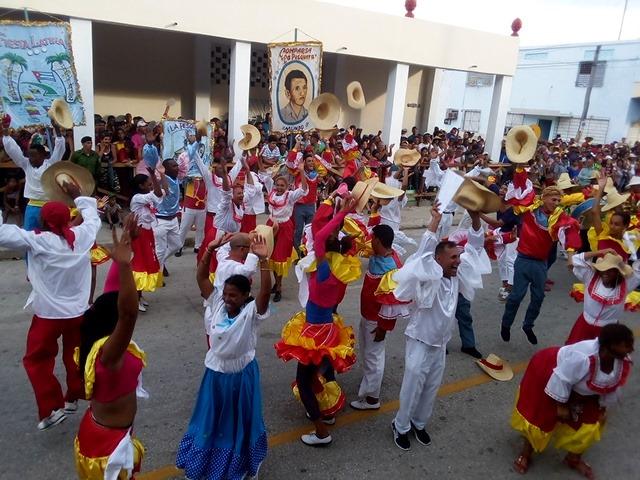 """Fiesta Latina """"arrolla"""" en el carnaval de Manzanillo"""