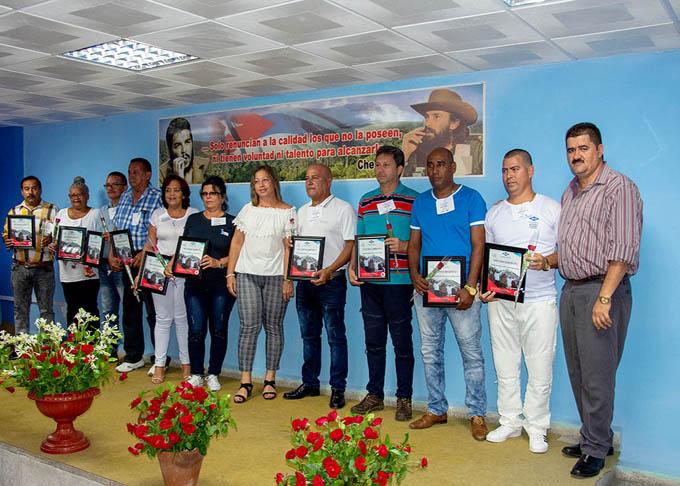 Entregan reconocimientos a trabajadores y entidades  de Recursos Hidráulicos
