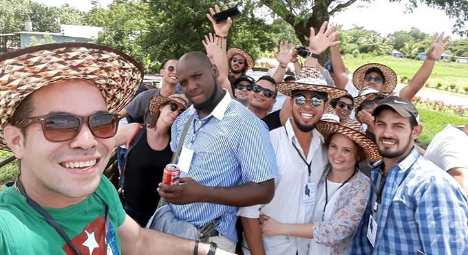Abrazo de jóvenes artistas a Fidel en la cima de Cuba