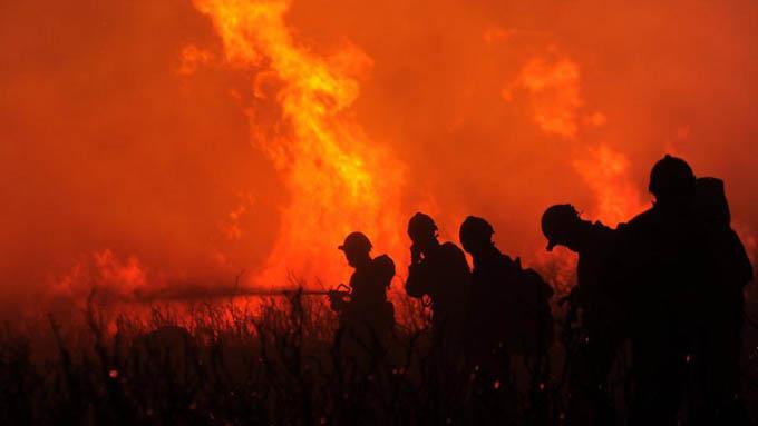 Unos ocho mil evacuados por incendio en región española de Canarias