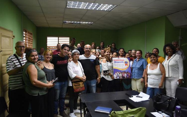 Felicita presidente cubano al periódico Vanguardia de Villa Clara