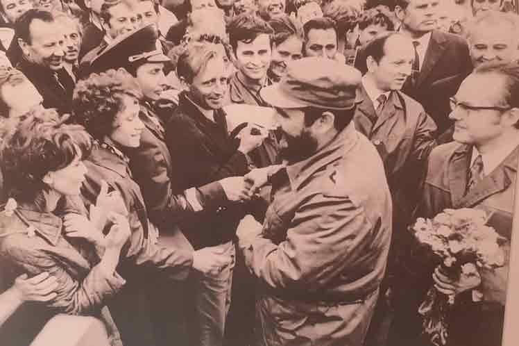 Presidente de Cuba inaugura en Belarús exposición sobre Fidel Castro