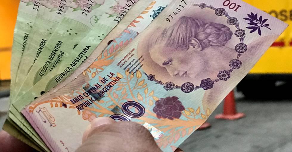 A horas de las elecciones, el peso argentino sigue en caída