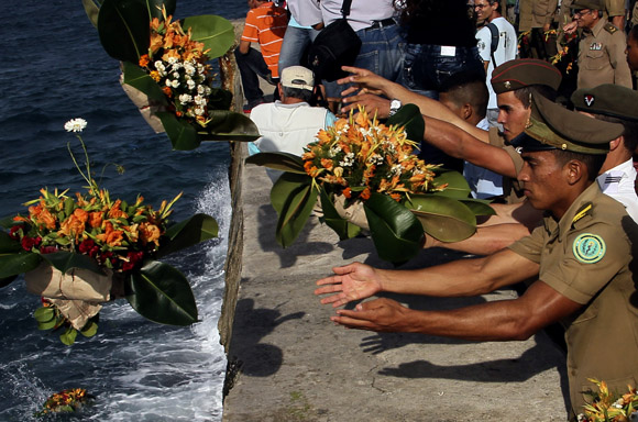 Cubanos rinden tributo al comandante Camilo Cienfuegos
